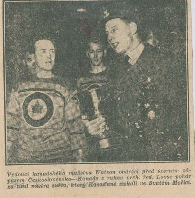 Photo: Czech News Photo with Sandy Watson holding Hockey World Cup